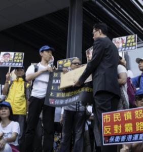 佔傾運動期間,傅振中經常組織其他市 民到佔領區請願。