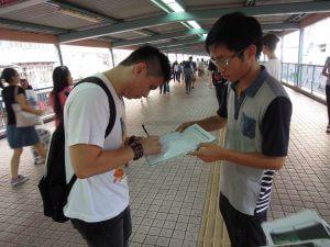 學民思潮成員上月在各區鬧市擺設街站,收集市民簽名,要求教育局撤回具爭議性的基本法教材。