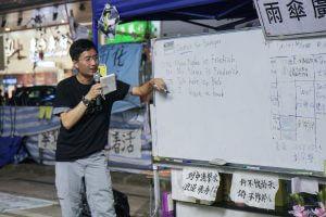 在銅鑼灣佔領區設有街頭課室,有海外華僑特意回港支持雨傘運動,擔任德文教師,吸引不少途人聽課,