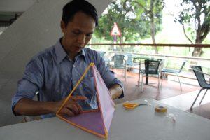 製作立體風箏:用鐵線作輔助,將線連起飲管;把飲管綁成三角平面;組成兩組三角形狀,合成立體三角後,將線打結;其中兩面貼上馬拉紙。