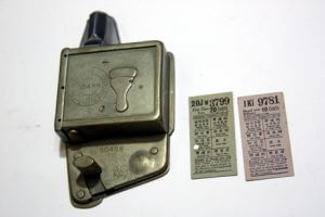 以前電車上下層各有1名售票員,於登車的站名上打孔;圖為30年代英國製造的車票打孔機。(受訪者提供)