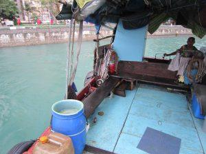 用於接送漁民出海上岸的擺渡船一般配置1個滅火筒。(申開顏攝)