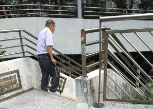 何伯要停下來休息數次,才能走完這條樓梯。