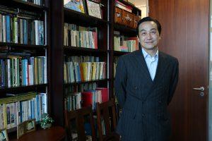 香港大學現代語言及文化學院教授朱耀偉認為,郵政局去除郵筒皇冠徽號是「文化自閹」和向中國獻媚的行為。