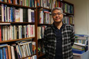 香港民怨四起,嶺南大學文化研究系副教授羅永生謂梁振英對此責無旁貸。
