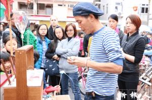 除了麒麟紮作,藝術家杜煥在節日期間亦會於長洲售賣吹糖,吸引大量市民圍觀。(鍾卓瑜攝)