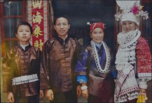 早年間的苗族姊妹節,吳曉波(左一)參與了父親吳水根(左二)的銀飾製作,和穿上銀飾盛裝的苗族姑娘合影,吳曉波對這些民族節日記憶猶新,讓他感受到文化的「根」。(受訪者提供)