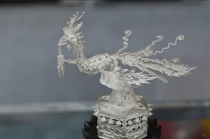 銀飾製造的工藝品鳳凰,長約五釐米,鳳凰身體鏤空打造。