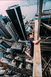 Yin於高樓大廈的邊緣擺出危險姿勢,使人觸目驚心。 (照片由受訪者Yin提供)