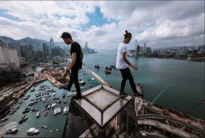 Yin和Lamyock不時與其他同好 玩樓頂攝影。這張照片是另一位本土樓頂攝影愛好者替他們拍下的。 (照片由受訪者Lamyock提供)