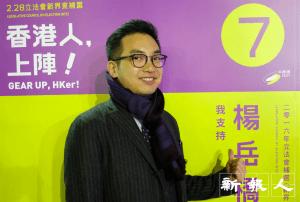 天氣雖冷,但拍照前楊岳橋特意脫下外套,希望照片顯得不擁腫,十分「貪靚」。