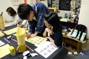 洪文龍去年開設「畫字教室」,教授中國篆、棣、楷、行各體書法,希望宣揚書法,亦可用文字結緣。(莫詠儀攝)