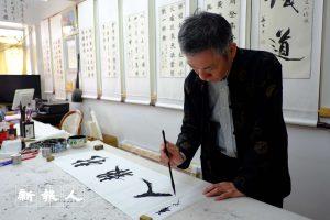 馮兆華感嘆不少外國人比香港人對書法更感興趣,甚至專程來學習書法。(莫詠儀攝)