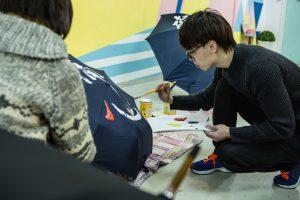 洪文龍在雨傘上寫下字句,讓毛筆成為表達聲音的工具。(由受訪者提供)