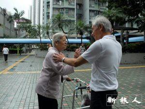 不拘言笑的梁耀忠完成宣傳工作回辦公室,途經葵芳邨與居民打招呼時,罕有地露出微笑。