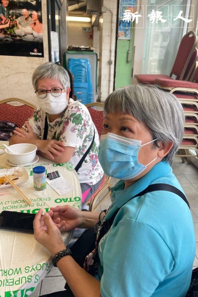 何婆婆(左)表示會選用八達通來收取政府發放的電子消費券。馮婆婆(右)則希望政府一筆過發放現金。
